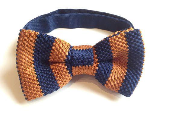 #Pajarita de crochet naranja y azul oscuro corbata lazo punto