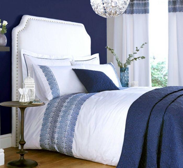 deco chambre adulte bleu couverture de lit et couleur mur bleu indigo tte de