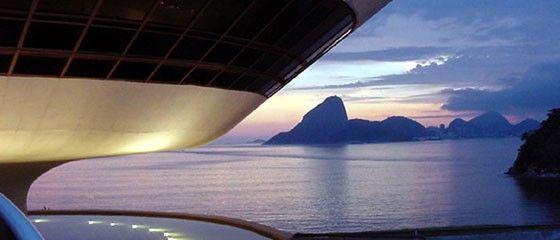 """Oscar Niemeyer (2006)""""Como é fácil explicar este projeto!  Lembro quando fui ver o local. O mar, as montanhas do Rio, uma paisagem magnífica que eu devia preservar.  E subi com o edifício, adotando a forma circular que, a meu ver, o espaço requeria.  O estudo estava pronto, e uma rampa levando os visitantes ao museu completou o meu projeto."""""""
