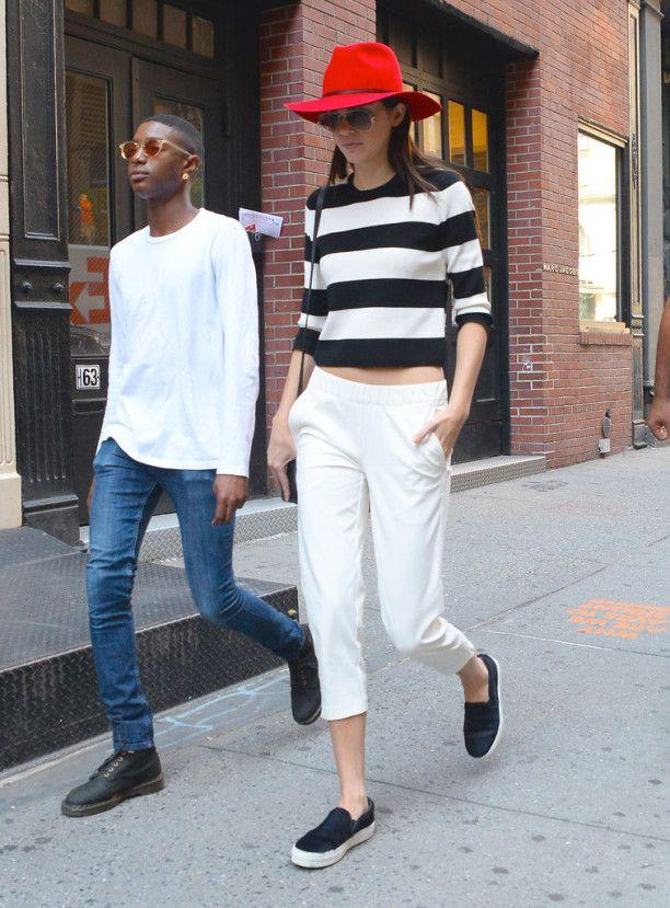 Kendall Jenner // calça branca, camiseta listrada