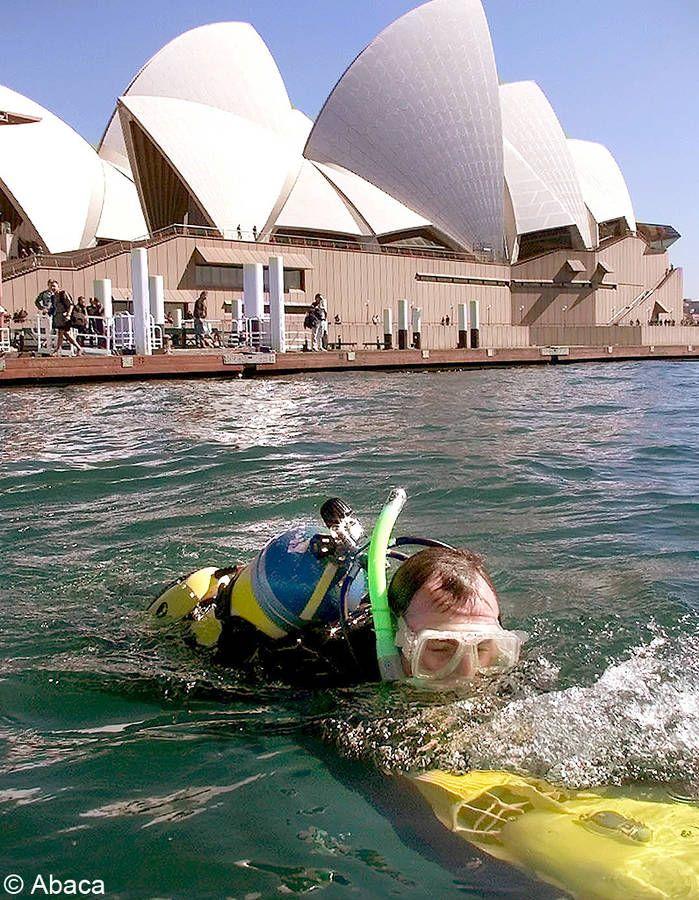 Un dispositif anti-requins aux JO de Sydney Lors des Jeux olympique de Sydney en 2000, un dispositif électronique anti-requins est mis en place pour protéger les nageurs du triathlon de toute attaque de squales, nombreux dans la baie de Sydney. La société Sharksafe,