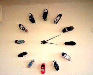 orologio con vecchie scarpe