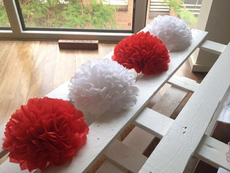Guirnalda de pompones de papel de seda en rojo y blanco. Fiesta flamenca.