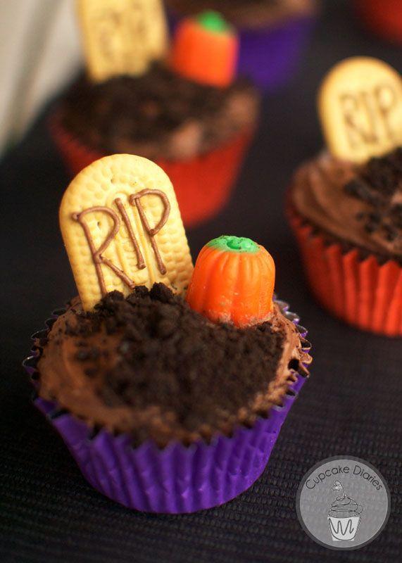 Graveyard Cupcakes #halloween #cupcakes #graveyard | http://CupcakeDiariesBlog.com