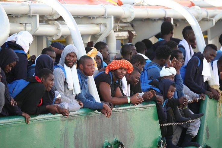Oggi a Palermo. Immagine di donne e bambini in fuga dalla guerra.