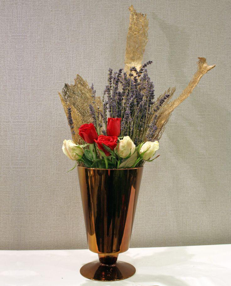 Τριαντάφυλλα λεβάντα σε γυάλινο δισκοπότηρο