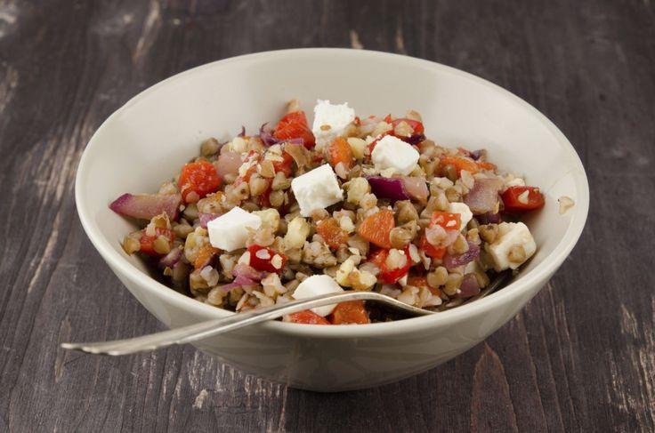 La Ricetta per un'insalata di Grano saraceno diversa dal solito e dai colori bellissimi. Buona e pratica per la pausa pranzo.