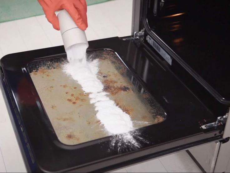 Ofen blitzeblank, ohne einen Finger zu rühren: Mit diesem Trick ganz einfach!