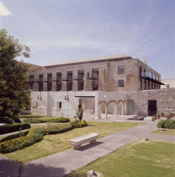 La Purificadora Hotel was built around the ruins of a former water purification plant in the colonial center of the city of Puebla. The blen...