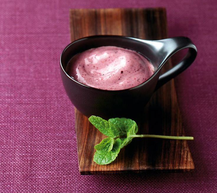 Rezept für Beeren-Espresso-Smoothie bei Essen und Trinken. Ein Rezept für 2 Personen. Und weitere Rezepte in den Kategorien Milch + Milchprodukte, Obst, Getränke, Party, Brunch / Frühstück, Einfrieren, Einfach, Fettarm, Gut vorzubereiten, Kalorienarm / leicht, Vitaminreich.