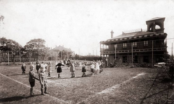 Killarney School students playing, c.1920. Founded in 1902 in Dalton Road this Mosman school continues today in Belmont Road Mosman as a school for pre-schoolers.