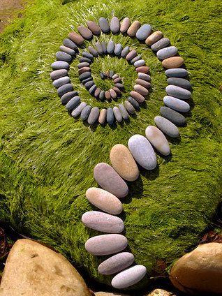 Une artiste utilise des feuilles et des cailloux pour réaliser de splendides motifs perdus en pleine nature