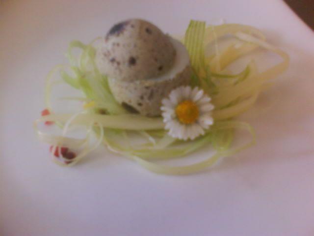 Amuse bouche - lettino di porro saltato in padella con olio d'oliva e aceto di mele. Uovo di quaglia cotto all'latte.