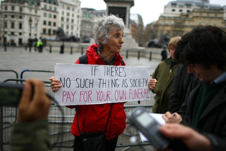 IlPost - Una dimostrante mostra ai fotografi un manifesto contro le spese per i funerali di Margaret Thatcher (Jordan Mansfield/Getty Images) - Una dimostrante mostra ai fotografi un manifesto contro le spese per i funerali di Margaret Thatcher (Jordan Mansfield/Getty Images)