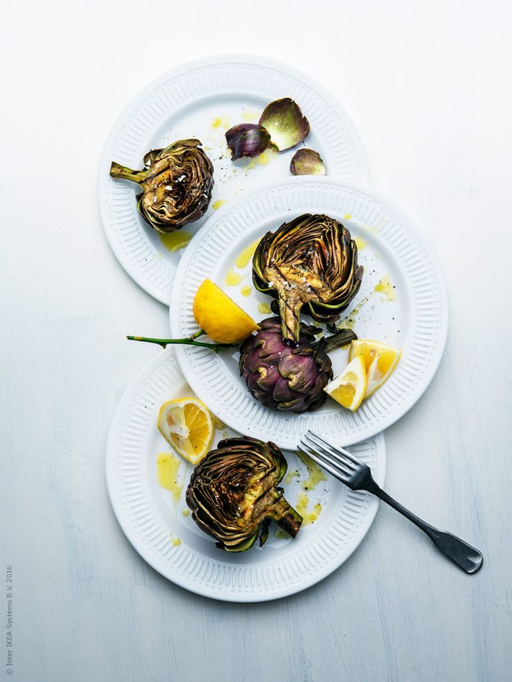 Mumsiga små snittar med påskens alla godsaker som topping blir en succé på påskafton. Gravad lax, inlagd sill, vårens sparris och kokta ägg trängs på ett ljuvlig smörstekt surdegsbröd. Roligt att bjuda på och lätt att stoppa i sig alldeles för många. Lite utav en svensk pintxos, den katalanska tapasvarianten som serveras på bröd.