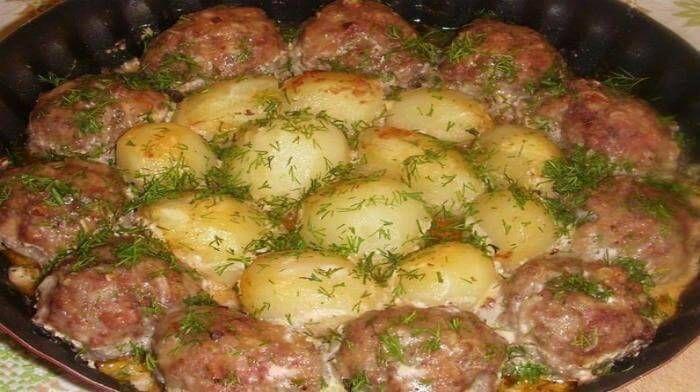 Котлетки с картошкой в сметано-томатном соусе