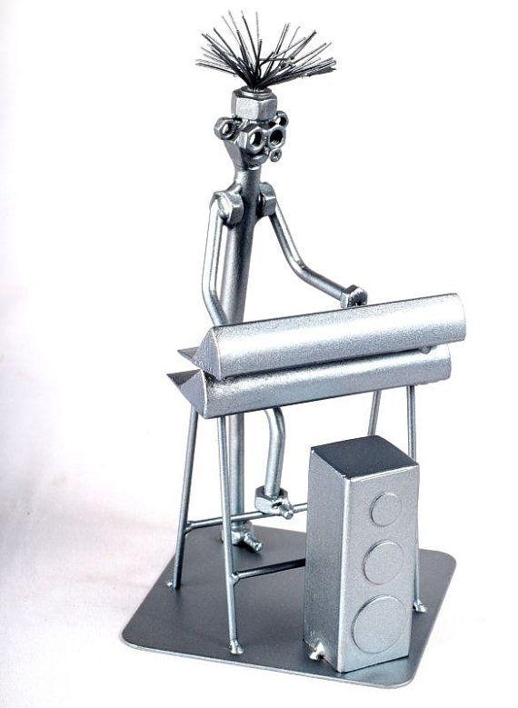 Reproductor de música teclado - MetalDiorama Metal arte escultura  Mis productos están hechos con cuidado. La calidad es lo más importante, así que quería crear estos coleccionables lo más detallada posible. Encaja bien en cualquier colección.  ESCULTURAS METAL HECHO A MANO ÚNICAS HECHAS DE TUERCAS Y TORNILLOS por corte, doblado y soldadura de los aceros, utilizando metal y calor para crear esculturas exentas.  Parte de este metal proviene de chatarra reciclada, yardas de basura, coches…