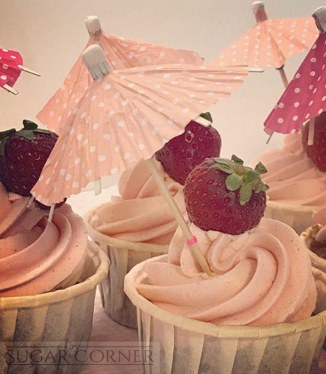 Preparando una especial torre de cupcakes para una boda especial con sabores especiales... Cupcakes de fresa y champán 👰🏼🍦🍓🍾 #fresa #champagne #cupcakes #weddinginspiration #bodorrioenlapiscina #besweet #sugarcorner