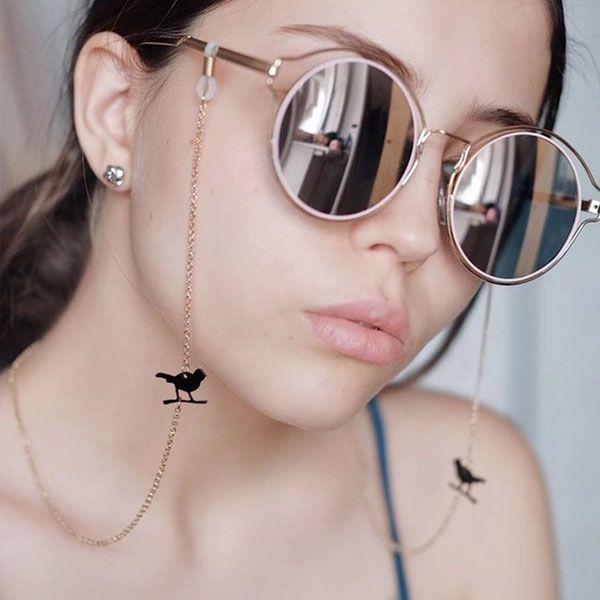 femme a lunette avec bijoux