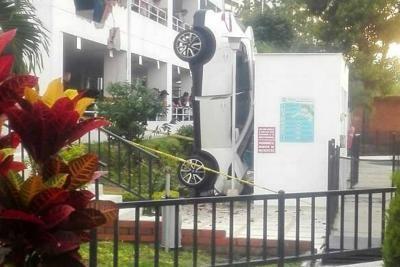 Vehículo cayó desde un parqueadero elevado en Floridablanca