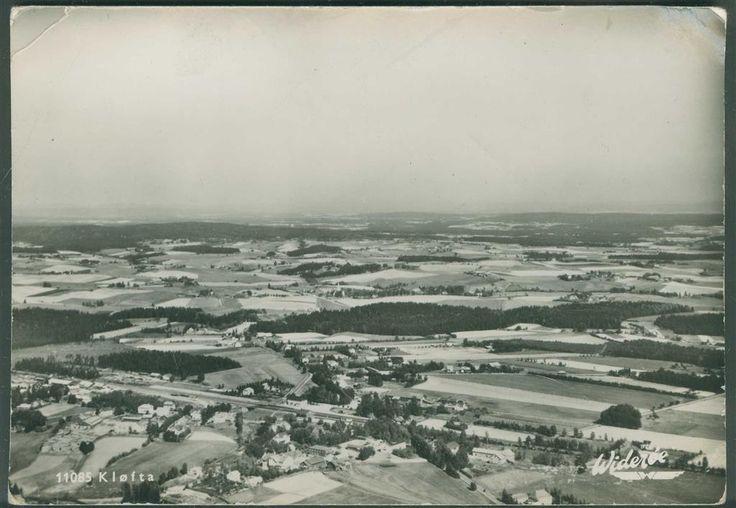KLØFTA i Ullensaker kommune Akershus fylke. Flyfoto med jernbaneområdet. Utg Widerøe 11085, stpl. Oslo-Eidsvoll T 1013 25-6-1956