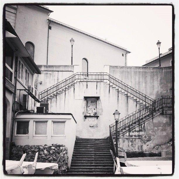 Boccadasse la scalinata che dal porticciolo porta alla chiesa.  #Liguria