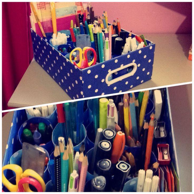Porta lápis. Feito com uma caixa de papelão, cartolina decorada, e pequenos rolinhos (também feitos com a cartolina). Faça você também. ✂️📦