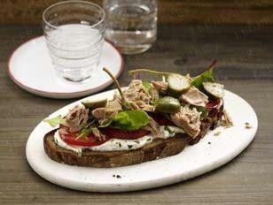 Das Rezept für Geröstetes Bauernbrot mit Ricotta, Thunfisch, Tomaten und Salat und weitere kostenlose Rezepte auf LECKER.de