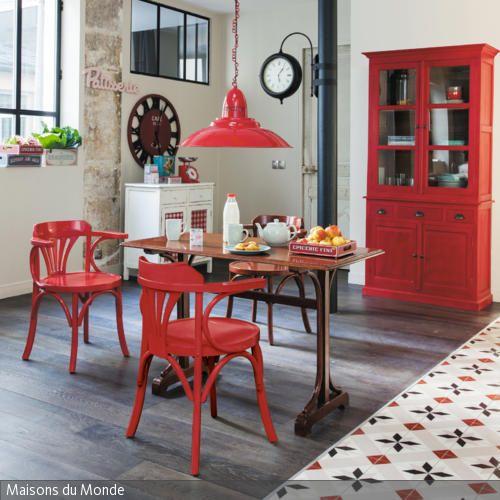 Im Esszimmer wird der gleiche Rotton durch verschiedene Möbelstücke aufgegriffen und ergibt ein stimmiges Bild. Selbst in den Fliesen taucht die Farbe auf.  …