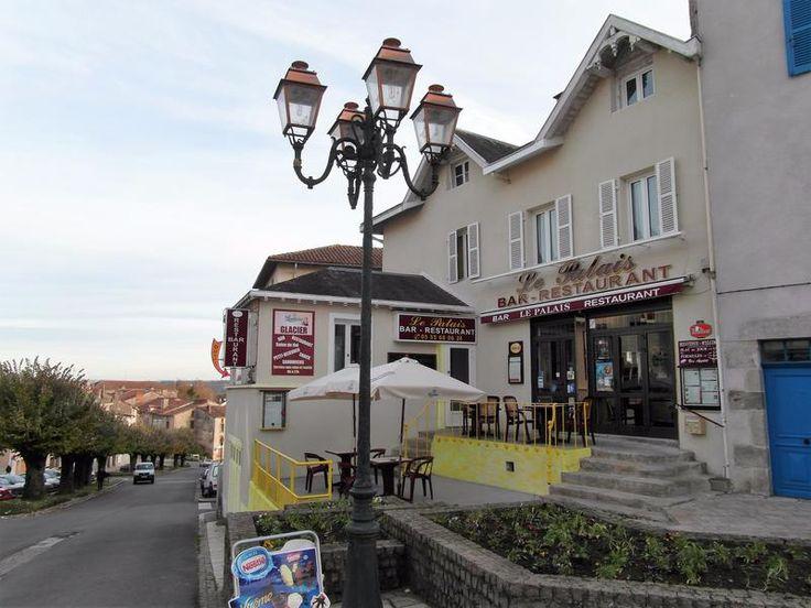 Ce bar/restaurant, établi depuis 2005, est très bien situé au centre de Bellac, une ville sous-préfecture et 'village étape,' qui dispose de tous les...