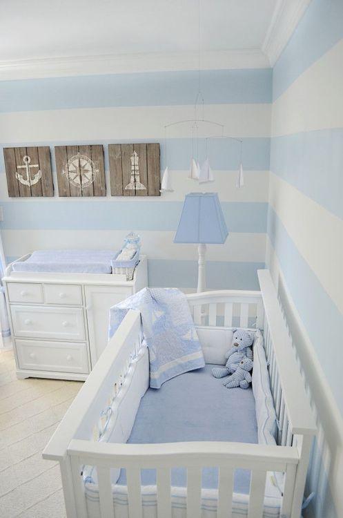 quarto de bebê decorado, parede de listras azul e branco, quarto de bebê masculino, menino, berço e cômoda branca com detalhes em azul