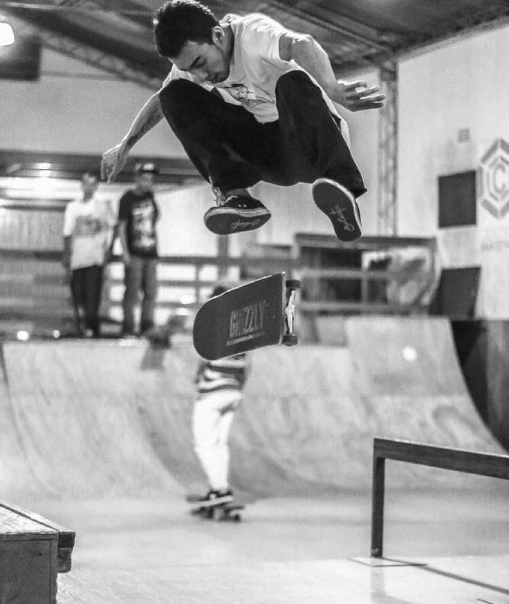Felipe Nivia kickflip, Skateboarding por Andrew Perdomo.