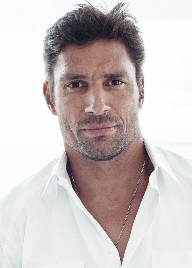 Manu Bennett. Ok, I admit, I don't know much about Men's Style per se, but I do know what looks good. This looks good to me and that's what style is about, right? ;-)