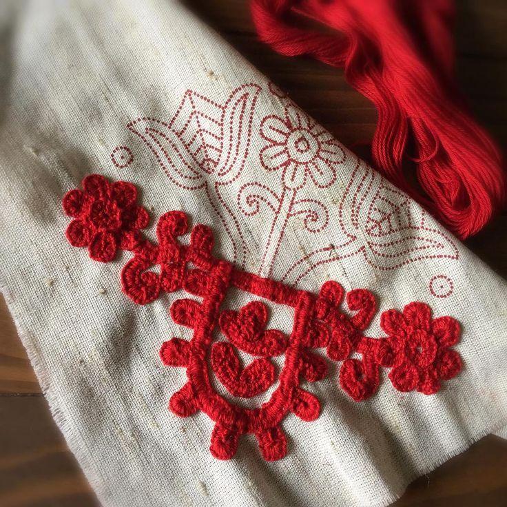 #イーラーショシュ 先ほど帰宅。 やっぱり平日に針を持つのは至難の技(笑) それでも、月曜日は少しステッチ出来ました。 キットも下の部分が完了。 お花は右、左の順で刺しました。右よりも左のほうが少しはマシかな? * #irasos #írásos #刺繍