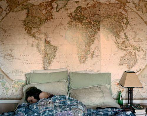 wallpaper che diventa testata del letto con una cartina geografica