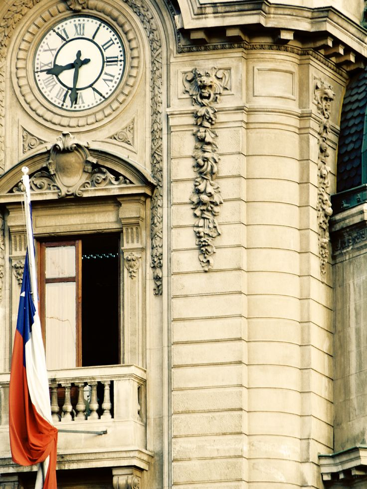 Detalle neoclásico. Edificio cívico centro de Santiago de Chile.