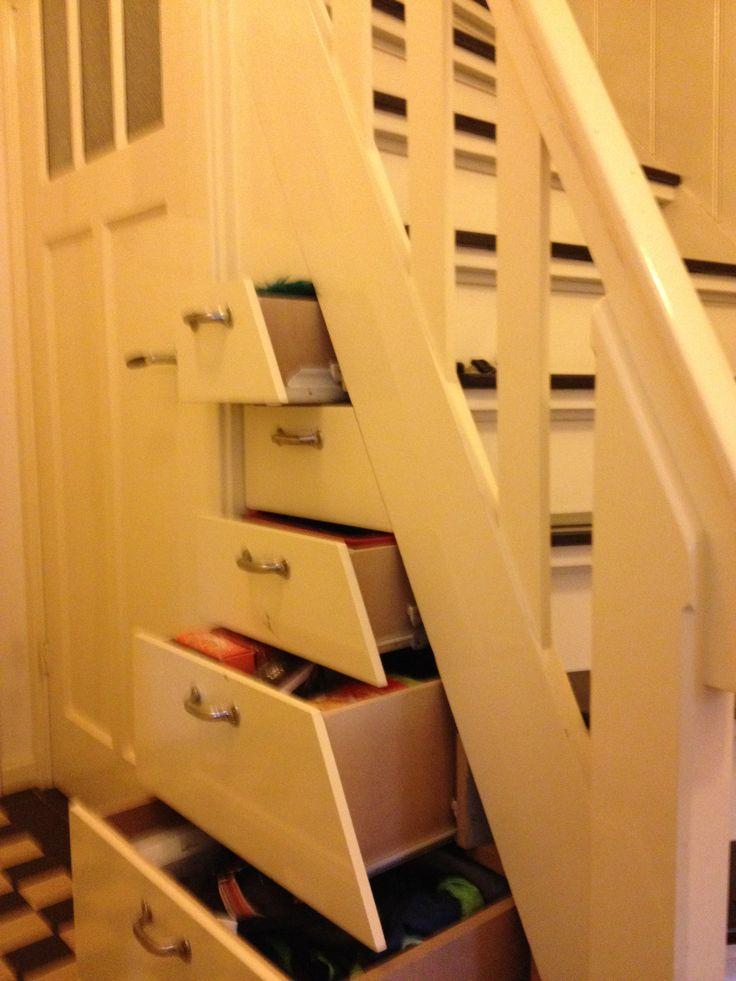 Meer opbergruimte onder de trap en handig te bereiken met diepe lades.