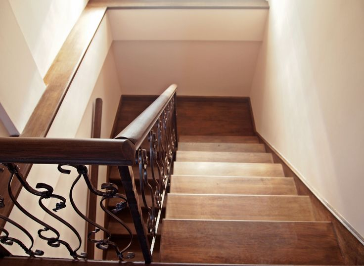 Scara din lemn de stejar cu balustrada din fier forjat \ Oak staircase with wrought iron railing