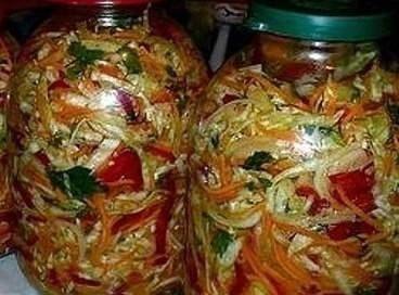 Этот салат — упрощенный вариант нескольких рецептов консервирования капусты. Если у вас есть кухонный комбайн с функцией нарезки, на пригот...