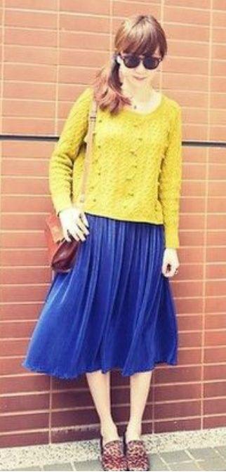Синяя юбка, горчичный пуловер, коричневая сумка, коричневые ботильоны
