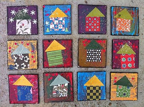 Des carrés de carton, de la peinture, des craies grasses, du papier cadeaux.