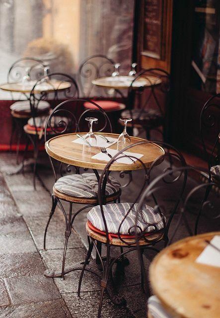 Paris in Brown - cafe : gosto de mesa com cadeira  livre.