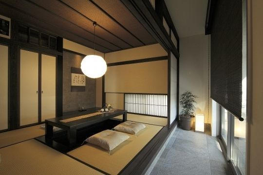 玄関からでも直接アプローチできる配置は近所の方とのコミュニケーションスペースにもなります。土間空間とつなげることで床に段差をつけ、屋外を感じる日本家屋伝統の屋外とのつながりを演出しました。