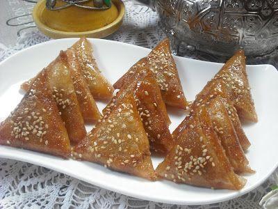 Briwat de almendras (unos pastelitos marroquíes por excelencia) - Los briwat son unos deliciosos pastelitos hechos con hoja brick y rellenos con una masa suave de almendras aromatizada con canela y agua de azahar y todo bañado en miel y decorado con semillas de sésamo. Una delicia para el paladar!!