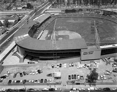 Imagen aérea del parque de béisbol del Seguro Social durante un encuentro en 1955, año de su inauguración. La vista es desde la avenida Obrero Mundial hacia el Viaducto; al fondo se ve el Panteón Francés. Hoy en este emblemático espacio de la colonia Narvarte se encuentra la plaza comercial Parque Delta. Imagen: ICA/Aerofoto
