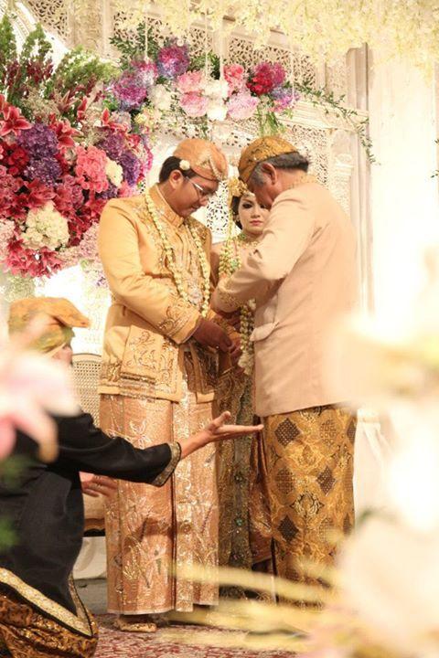 Sama halnya dengan pengantin perempuan, pengantin pria pada pernikahan adat Sunda Jawa Barat juga mengenakan penutup kepala nan megah.