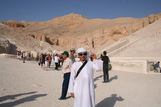 Mario emulando al profeta. No visitamos la tumbas de los Nobles que están situadas en un pequeño promontorio cercano donde se han encontrado más de 400 tumbas de nobles