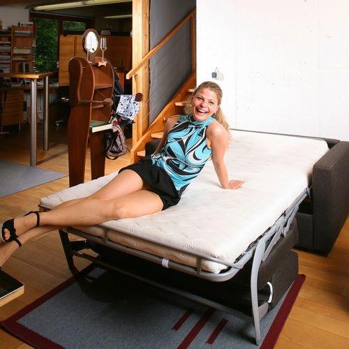 Schlafsofa im Büro mit Jessica auf dem Joka-Sofa http://nhblog.de/nb_jokasofa/