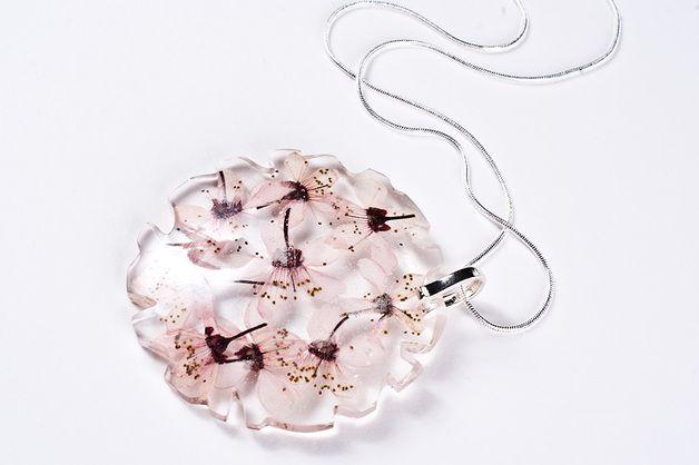 Srebrny naszyjnik z kwiatami zatopionymi w żywicy - SoRepublic - Naszyjniki długie