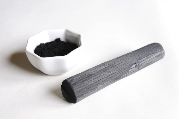 Le charbon végétal a des propriétés absorbantes, utile en cas de désagréments digestifs, il peut aussi servir en beauté et dans la cuisine.
